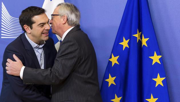 Jean-Claude Juncker mit dem griechischen Premier Alexis Tsipras (Bild: AP)