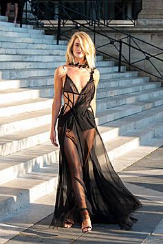 Wow! Mit dieser Versace-Robe hatte Rosie Huntington-Whtiteley eindeutig DEN Auftritt in Paris. (Bild: Viennareport)