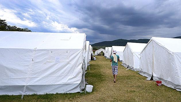Flüchtlinge sollen Gewitter in Bussen abwarten (Bild: APA/Robert Jäger)
