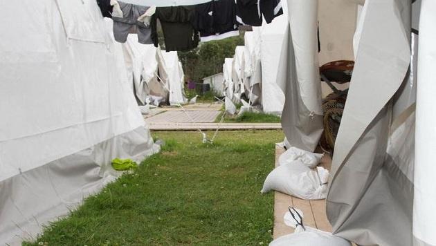 Sandsäcke, um Wasser und Wind fern zu halten: Für die Flüchtlinge sind das untragbare Zustände. (Bild: Franz Neumayr/MMV)