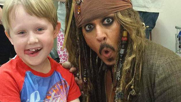 """Der Australier Shane Finney twitterte dieses Foto seines Neffen mit """"Captain Jack"""" Johnny Depp. (Bild: twitter.com/_the_finney)"""