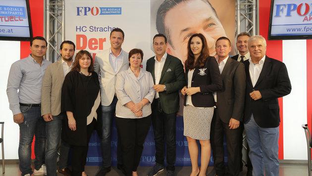 Strache (Mitte) und Krauss (ganz links) mit den Kandidaten der FPÖ für die Wien-Wahl 2015 (Bild: Klemens Groh)