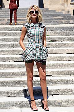 Bei der Dior-Show setzte Rosie Huntington-Whiteley auf Karomuster und viel Bein. (Bild: AP)