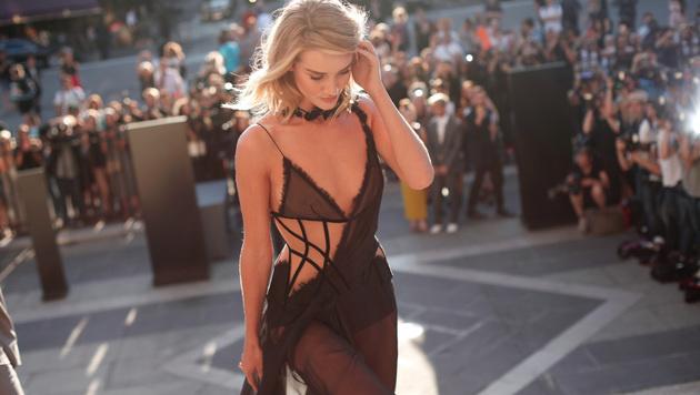 Rosie Huntington-Whiteley bei der Versace-Schau in Paris (Bild: AP)