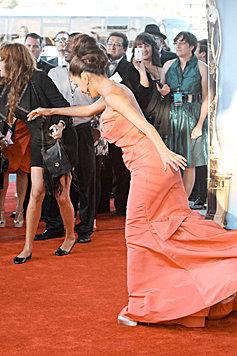 Dass Eva Longoria bei so viel Stoff ins Straucheln kommt, ist fast verständlich. (Bild: Viennareport)