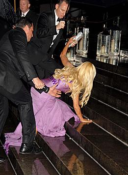 Dass ihre Kleider nicht praktisch sind, musste Donatella Versace schon am eigenen Leib feststellen. (Bild: Viennareport)