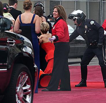 Bei den Oscars im Jahr drauf landete Jennifer Lawrence am roten Teppich auf den Knien. (Bild: Viennareport)