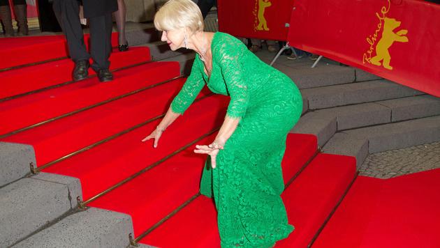 Helen Mirren stolperte bei der Berlinale die Treppe hinauf. (Bild: Viennareport)