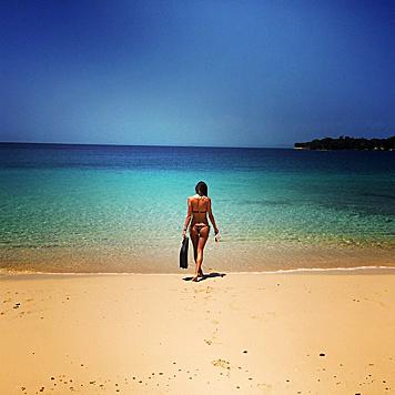 Alessandra Ambrosio kann vom kristallklaren Meer in Panama nicht genug bekommen. (Bild: Viennareport)