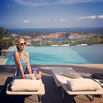 Paris Hilton kombiniert Arbeit und Vergnügen auf Ibiza: Erst wird entspannt, dann im Club aufgelegt. (Bild: Viennareport)