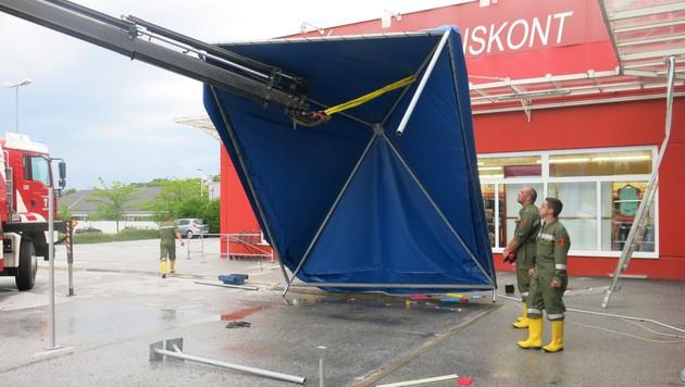 Aufräumarbeiten nach dem Sturm in Oberwart (Bild: APA/FF OBERWART)