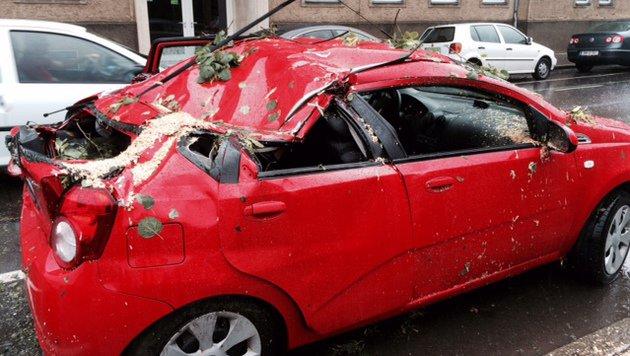 Dieses Auto wurde in Bruck schwer beschädigt. (Bild: FF Bruck)
