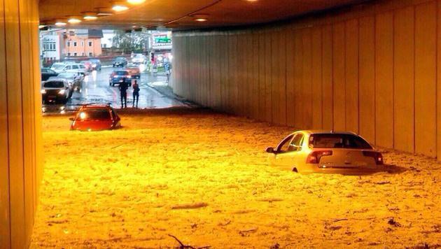 Nicht nur Schäden an Autos gilt es jetzt zu reparieren (Bild: APA/DANIEL RAUNIG)
