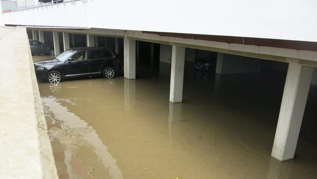In Oberwart kam es nach den heftigen Regenfällen zu zahlreichen Überflutungen. (Bild: APA/FF OBERWART)