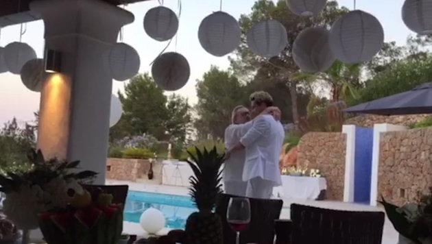Beim Hochzeitstanz schmiegen sich Helmut Berger und Florian Wess aneinander. (Bild: Helmut Werner)