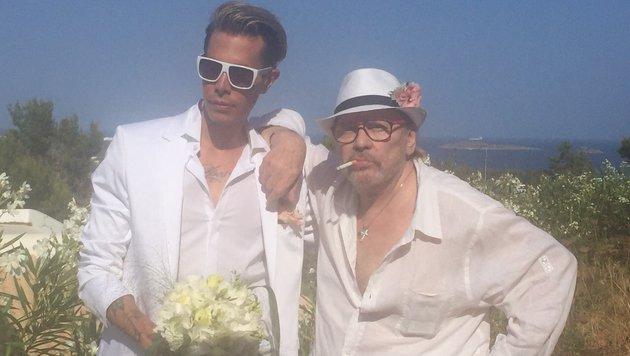 Florian Wess und Helmut Berger haben auf Ibiza symbolisch den Bund der Ehe geschlossen. (Bild: Helmut Werner Management GmbH)