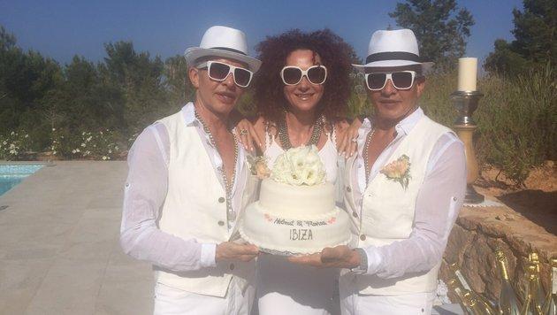 """Die """"Botox Boys"""", Vater Arnold Wess und Onkel Oscar Wess, posieren mit Hochzeitsgast Mausi Lugner. (Bild: Helmut Werner)"""