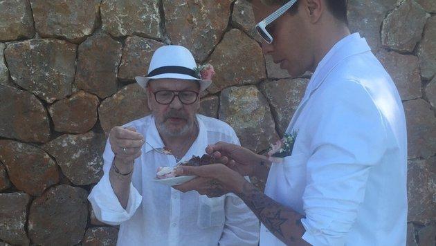 Helmut Berger und Florian Wess beim Essen der Hochzeitstorte (Bild: Helmut Werner)