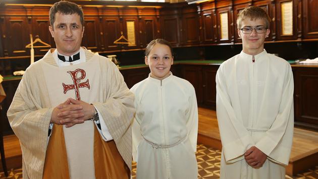 Pater Ignatius mit Ministranten (Bild: Peter Tomschi)