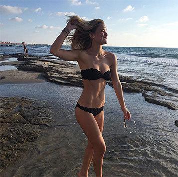 Model Bar Refaeli (30) teilte dieses Bild auf Instagram: mit wehenden Haaren im schwarzen Bikini. (Bild: instagram.com/barrefaeli)