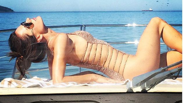 Model Alessandra Ambrosio (34) stellte dieses Foto von sich beim Relaxen auf einer Jacht ins Netz. (Bild: instagram.com/alessandraambrosio)