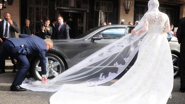 Ups! Der Schleier des Valentino-Brautkleides von Nicky Hilton blieb im Reifen des Bentley hängen. (Bild: Viennareport)