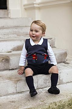 Kein Wunder, bei diesem herzigen Grinsen! (Bild: APA/EPA/TRH The Duke and Duchess)