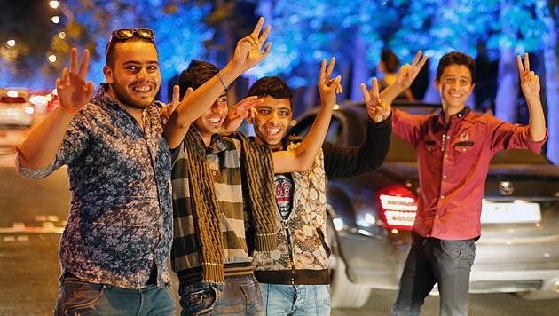 Junge Iraner feiern den Durchbruch im Atom-Streit in Teheran. (Bild: APA/EPA/ABEDIN TAHERKENAREH)
