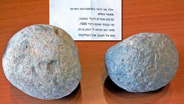 Die zwei vom Dieb zurückgegebenen Schleudersteine (Bild: Israel Antiquities Authority)