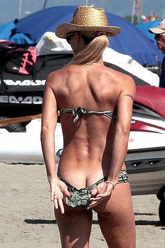 Michelle Hunziker zeigt unabsichtlich ein wenig zu viel ihres hübschen verlängerten Rückens. (Bild: Viennareport)