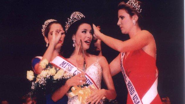 """In der Mitte wird eine Schönheit zur """"Miss Corpus Christi USA"""" des Jahres 1998 gekrönt, ... (Bild: Viennareport)"""