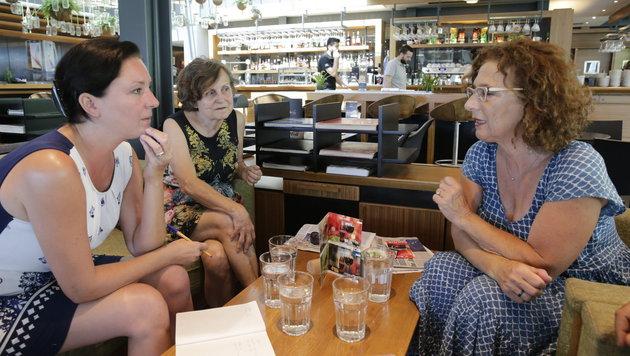 Elfriede Damalas (Zweite von rechts) und Marion Hoffmann (rechts) im Gespräch mit Sandra Ramsauer (Bild: Klemens Groh)