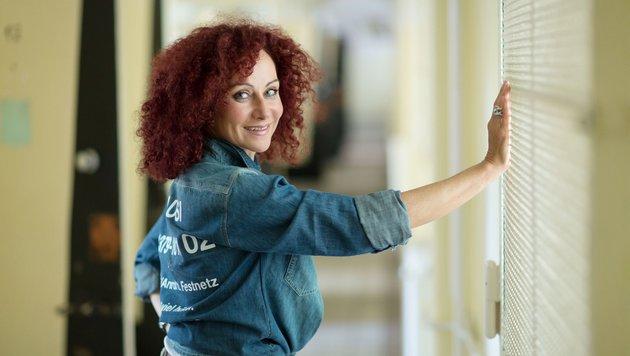 Wie beim Dschungelcamp steht auf ihrem Hemd die Telefonnummer, unter der man für sie voten kann. (Bild: RTL)