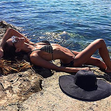 ... denn Model Izabel Goulart rekelt sich wie keine Zweite vor Ibiza in der Sonne. (Bild: Viennareport)