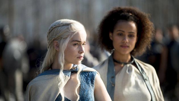 """Emilia Clare als Daenerys und Nathalie Emmanuel als Missandei in einer Folge von """"Game of Thrones"""" (Bild: Viennareport)"""