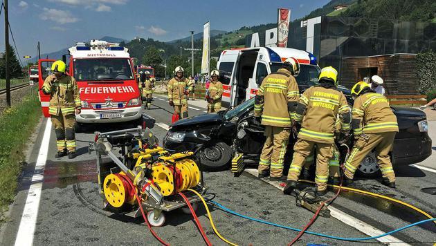 Auto kollidiert mit Pinzgaubahn: Lenker (66) tot (Bild: APA/FF MITTERSILL)