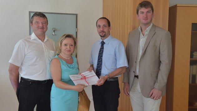 Claudia Ertl mit Ortschef Maschl (re.), Vize Weber (li.) und Bezirkshauptmann-Stv. Markus Gundacker (Bild: Patrick Huber)