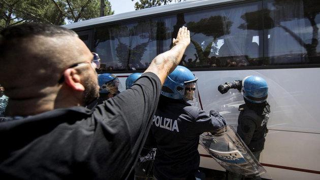 Wütender Protest gegen die Ankunft von neuen Flüchtlingen in Rom (Bild: APA/EPA/MASSIMO PERCOSSI)