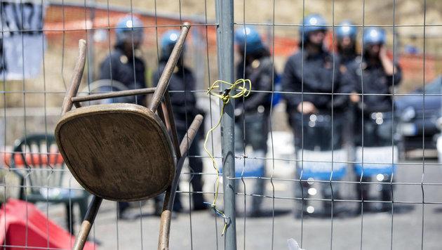Steine, Flaschen aber auch Sessel wurden gegen Absperrgitter in Rom geschleudert. (Bild: AP)