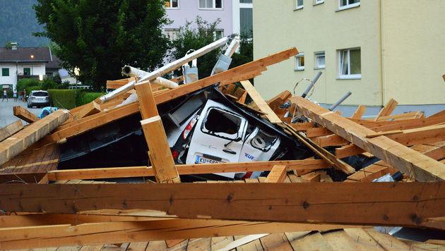 Im Tiroler Kufstein wurde ein Dach abgedeckt. (Bild: Leserreporter Falkmar Ameringer)