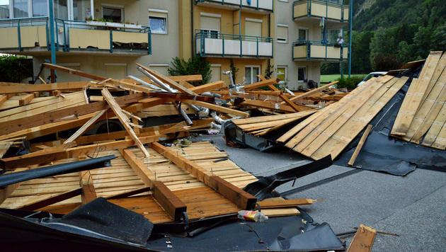 Glücklicherweise wurde in Kufstein durch die Dachteile niemand verletzt. (Bild: Leserreporter Falkmar Ameringer)