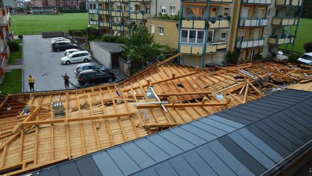 Mehrere Autos wurden durch die Dachteile beschädigt. (Bild: Leserreporter Falkmar Ameringer)