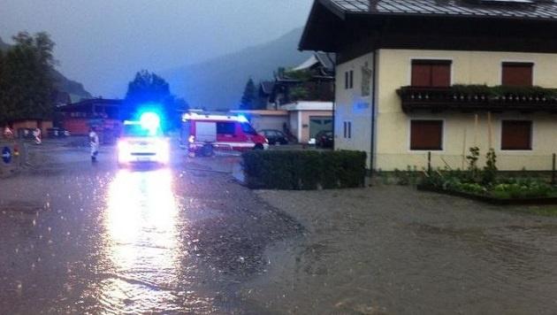 Feuerwehreinsatz in Neukirchen: Das Hagelunwetter hatte mehrere Gemeindestraßen geflutet. (Bild: FF Neukirchen)