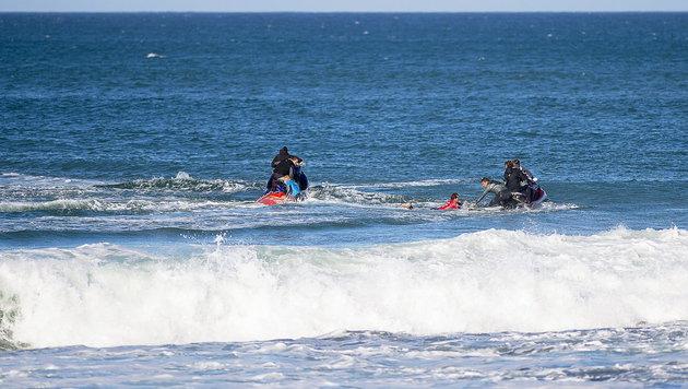 Surf-Champ rettet sich mit Faustschlägen vor Hai (Bild: APA/EPA/KIRSTIN SCHOLTZ - WSL)
