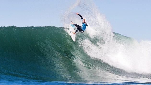 Surf-Champ rettet sich mit Faustschlägen vor Hai (Bild: APA/EPA/KELLY CESTARI - WSL)