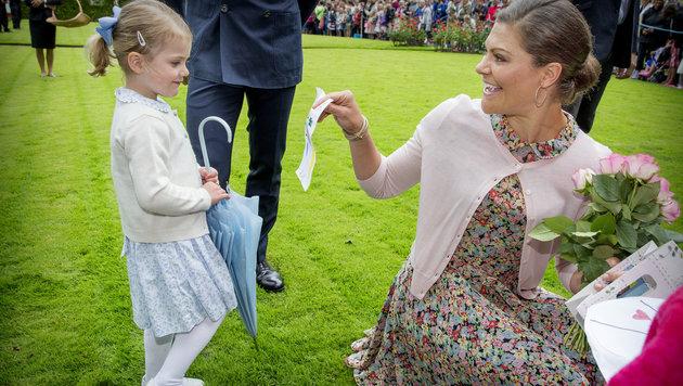 Kronprinzessin Victoria nimmt gemeinsam mit Prinzessin Estelle Glückwünsche zum Geburtstag entgegen. (Bild: Viennareport)