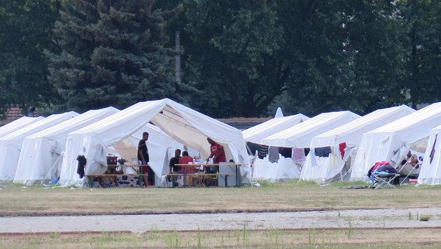 Die Zeltstädte bleiben vorerst bestehen (Bild: Markus Schütz)