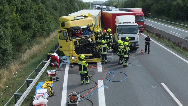 Lkw-Fahrer bei Unfall auf Autobahn schwer verletzt (Bild: APA/ÖAMTC)