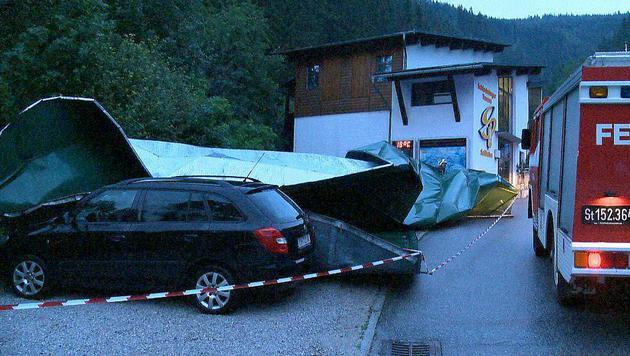 In Haus im Ennstal wurde die Dachhaut einer Gondelseilbahn vom Sturm heruntergerissen. (Bild: APA/BFV LIEZEN/SCHLÜSSLMAYR)