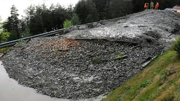 Zwei Urlauber konnten sich vor der Mure nahe Eben in Tirol gerade noch in Sicherheit bringen. (Bild: APA/ZOOM-TIROL)